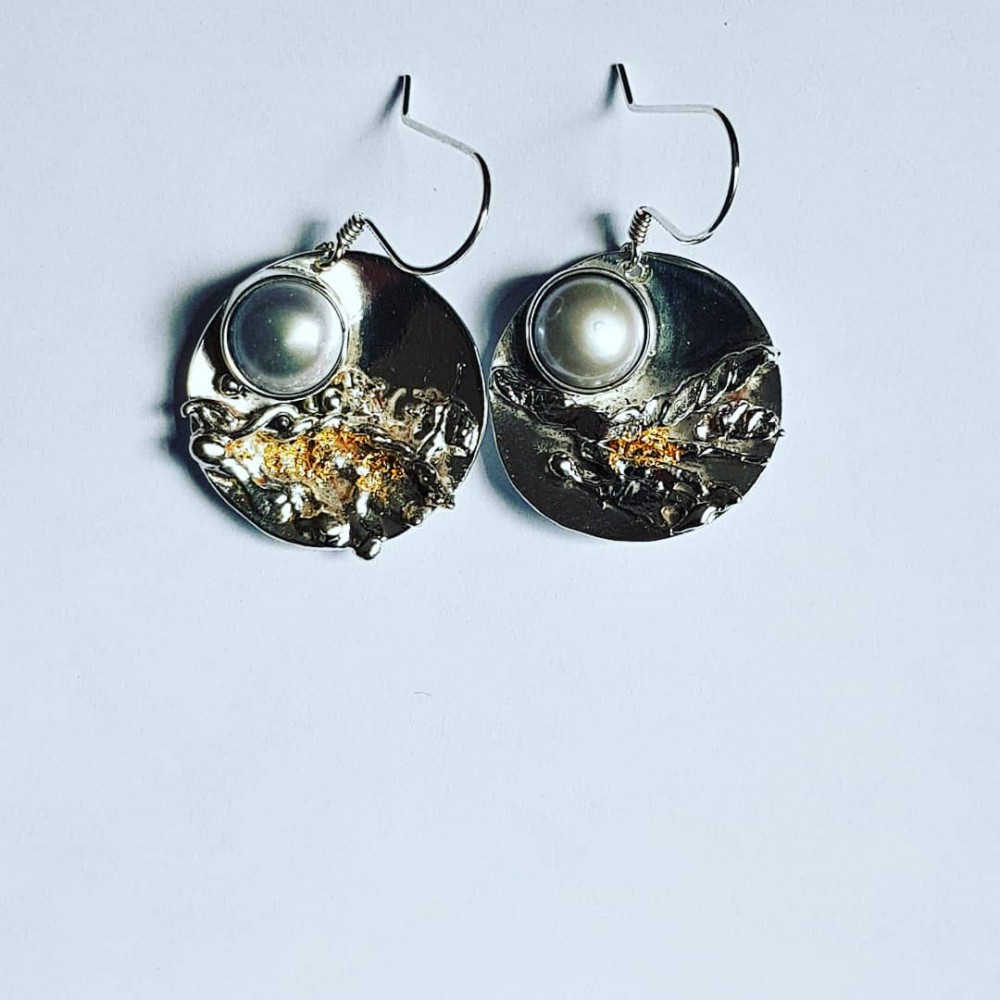 Earrings made entirely by hand in Ag925 silver, cultured pearls and 18k gold leaf