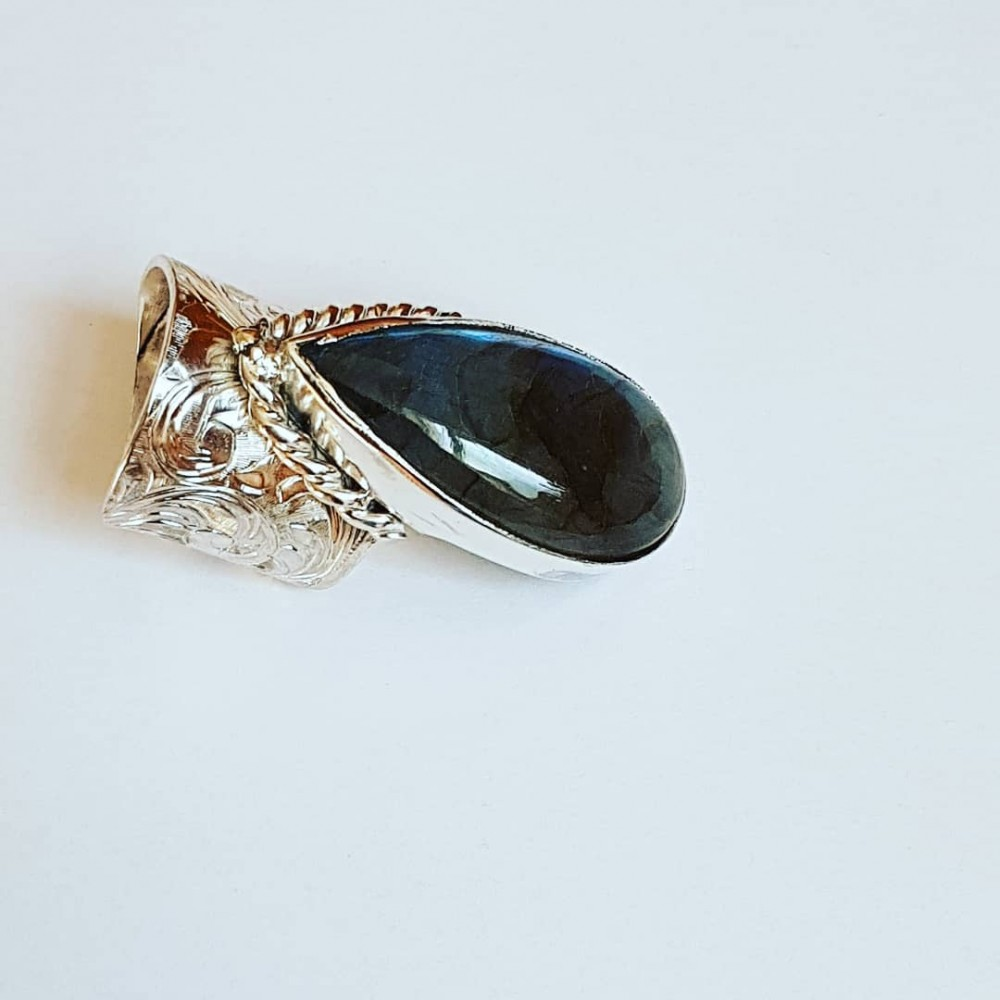 Ring made entirely by hand in Ag925 silver and natural labradorite In the Afterglow